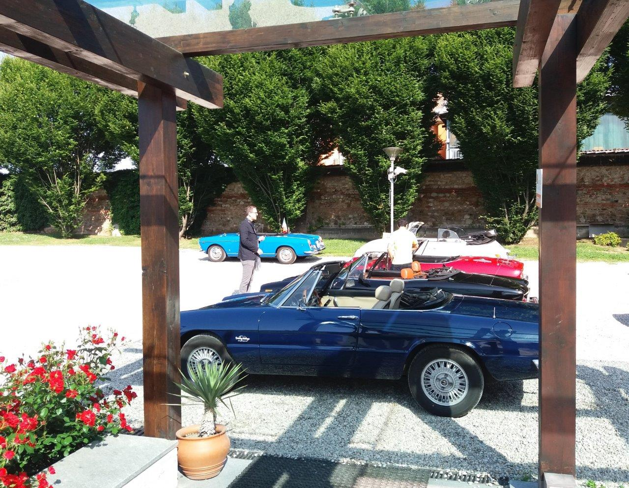 6-Driving-Vintage--incentives_team-building_events_corporate_evento-aziendale_tour_Langhe_gruppo_Torino_auto-vintage_auto-depoca.jpg