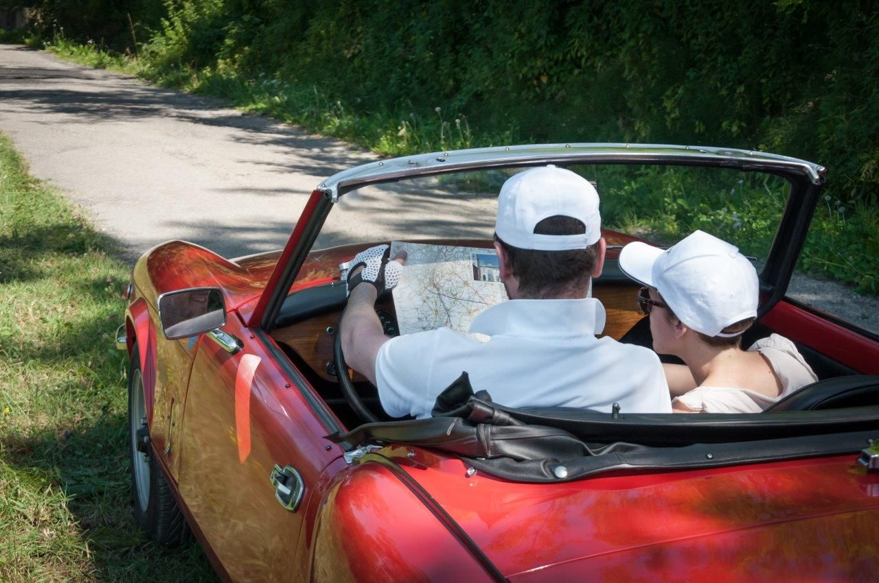 02a_Triumph_Spitfire_DrivingVintage_Wellness_tourism_carrental.jpg